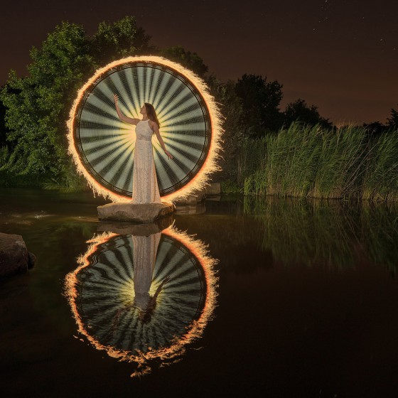 Light-Painting--Fashon-Model-Fluss-Stein